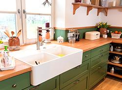 Küche im Landhausstil – Kernbuche und Lärche farbig kombiniert