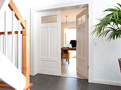 Innentür-Elemente – weiß lackierte Lärche und Buchen-Fensterbank